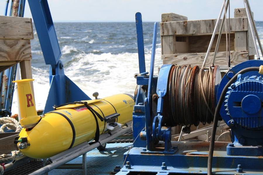 图1:来自Teledyne Webb Research的Slocum滑翔机,正在部署中。图片提供:罗格斯大学。