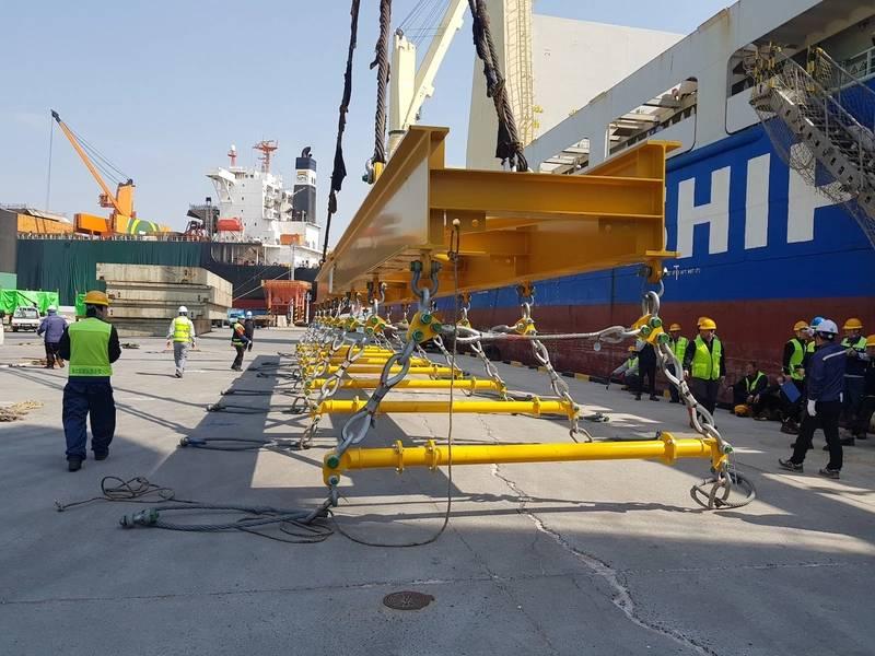 在每个横梁上方,吊索的两端与一个18吨的SWL连接板成55度角。 (照片:Modulift)