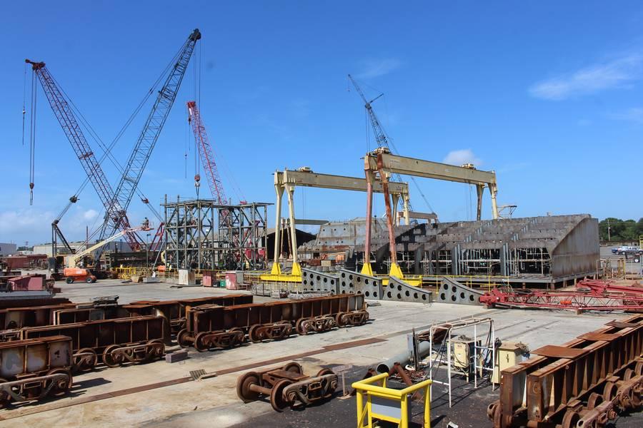 多个项目:从左到右 -  Q-LNG加注驳船卸货平台; Q-LNG ATB Tug上部结构;辅助人员打火机 - 小型(APL(S))军营驳船。照片:VT Halter