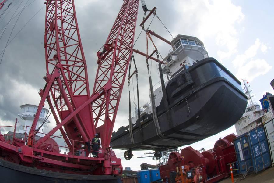 当起重机在其60英尺直径的环上摆动时,必须抬起拖船以清除驳船甲板上的绞车和集装箱。 (照片:Haig-Brown / Cummins)