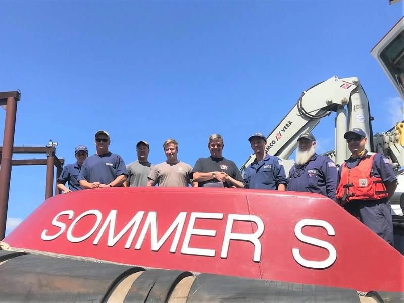 来自波特兰海上安全部队的海岸警卫队海洋检查员向2018年7月20日在俄勒冈州波特兰市的Shaver Transportation运营的Sommer S.拖船船员提交了第M章合规证书。(美国海岸警卫队摄影:中校Anthony Solares)
