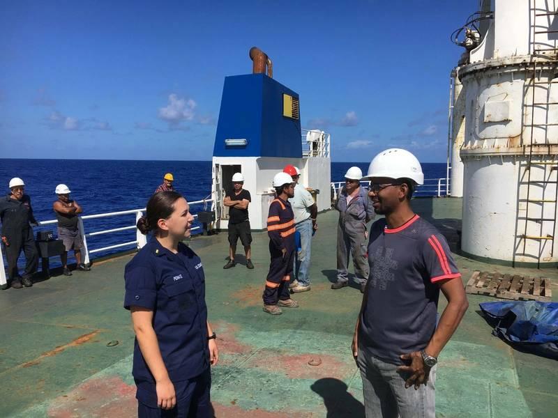 来自海岸警卫队切割者信心的少尉Samantha Penate与Alta大师交谈,以确定2018年10月7日大西洋残疾人货船的情况。该船在9月19日离岸超过1,000英里。美国(海岸警卫队摄影:Todd Behney)