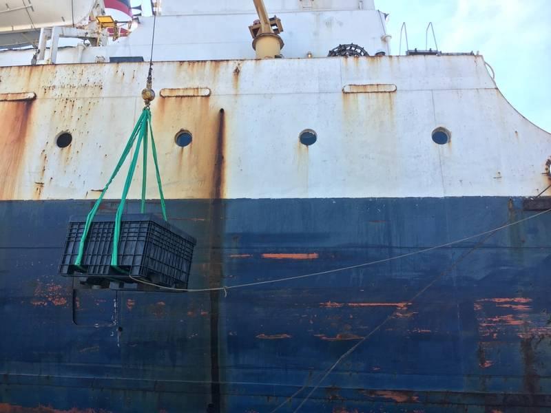 機器を船舶に移送する(CREDIT:Global Diving)