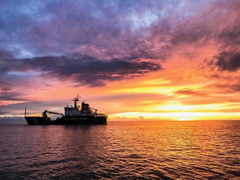 海岸警卫队在日落的切削刀柏。摄影:Petty Officer第3级Lora Ratliff,美国海岸警卫队8。