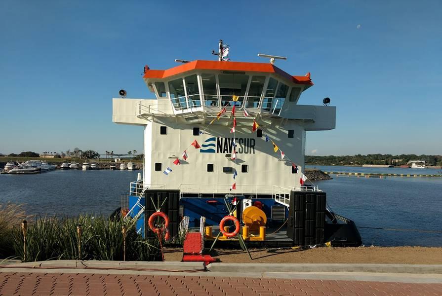 赤いカーペットは、訪問者がTebicuary 3のコミッショニング式で船に来るために外に出ていた。写真:Cummins / Haig-Brown