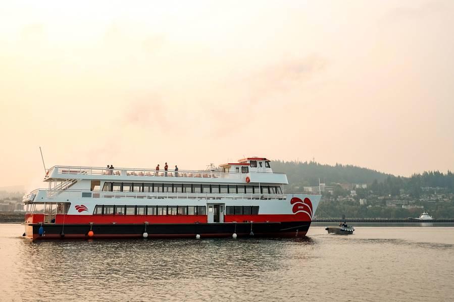 赤と白の艦隊のEnhydra、R&W旅客船船隊の最新のメンバー。 30フィートのビームを有する128フィートのLOAアルミニウム単胴船は、「USCG Subchapter K」認定のもとに建設された北米最大のリチウムイオン電池電気ハイブリッド動力船です。画像:AAMとレッド&ホワイト。