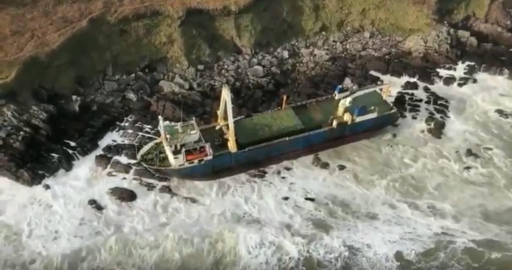250英尺高的悬挂坦桑尼亚国旗的商船Alta在本周早些时候在爱尔兰搁浅之前,已经被废弃并在海上漂流了一年多。 (照片:爱尔兰海岸警卫队)