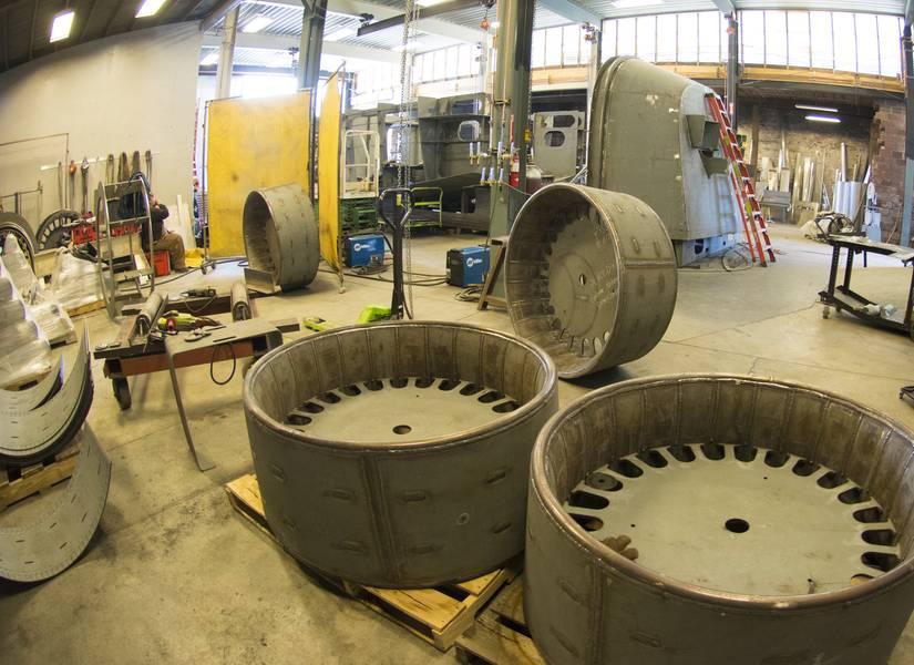 雪船工厂正在为六船订单建造全部12个喷嘴。中心插件确保42英寸的37型喷嘴保持其完美的形状,直到焊接到背景中的尾部组件。它们也有助于轴的对齐。 (照片:黑格 - 布朗/康明斯)