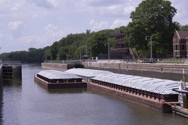 (Uma barcaça em Starved Rock. Uma média de 16 milhões de toneladas de soja movem-se através de eclusas na hidrovia de Illinois a cada ano. Enquanto os reparos necessários estão em andamento, os agricultores de Illinois precisarão navegar pelo fechamento das eclusas em 2019, 2020 e 2023.) Associação de Soja de Illinois
