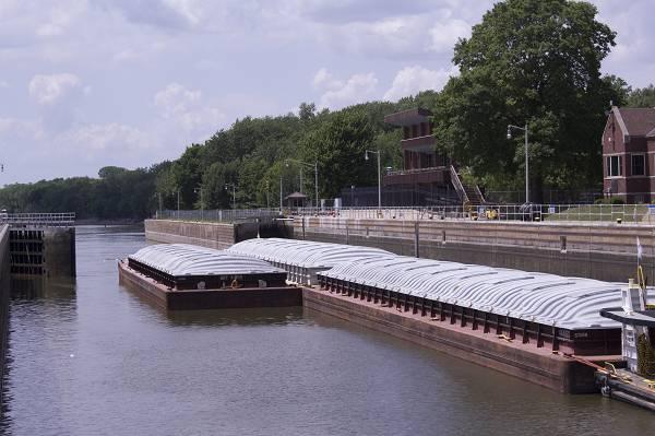 """(在""""饥饿岩石""""号上的一艘驳船。每年平均有1600万吨大豆通过伊利诺伊州水路上的闸门。尽管正在进行急需的维修,但伊利诺伊州的农民将需要在2019年,2020年和2023年进行闸门的关闭。)伊利诺伊州大豆协会"""