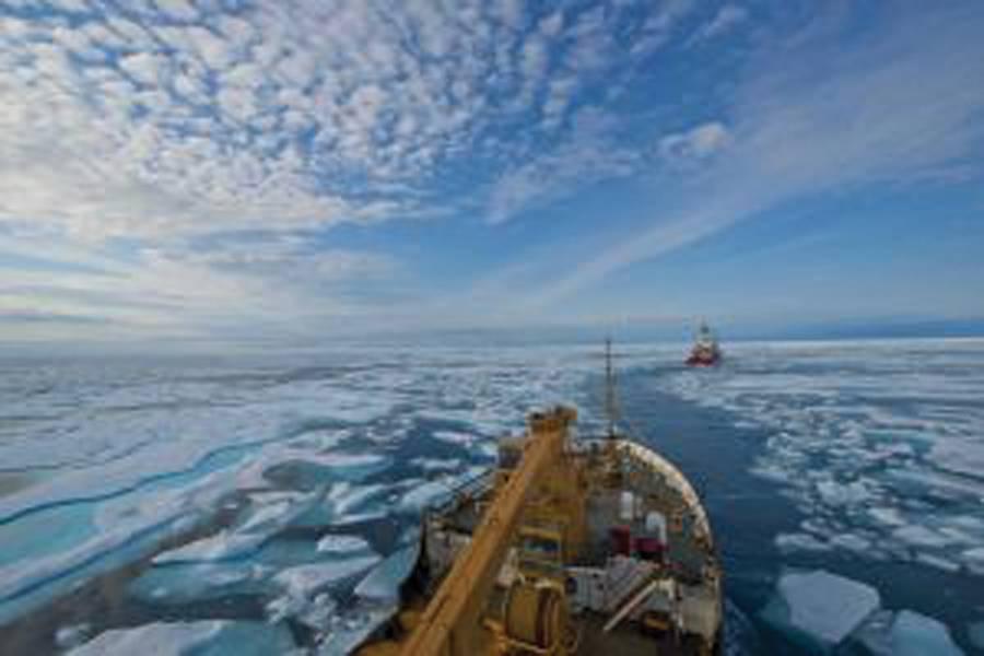 海岸警備隊カッターメイプルの乗組員は、2017年8月11日、カナダのヌナブットにあるフランクリン海峡の氷に覆われた海域を通って、カナダ沿岸警備隊の砕氷船テリー・フォックスの乗組員に従っています。