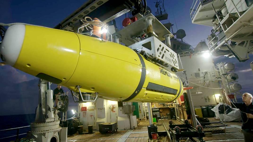 El AUV regresa al RV Petrel. (Foto cortesía de Paul G. Allen)