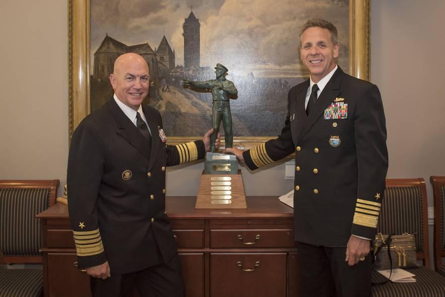 Adm。Phil Davidson、米Indo-Pacific Command司令官、Adm。Kurt W. Tidd、米南部司令官は、ペンタゴンでの式典中にOld Salt Awardを掲げている。 Davidsonは、Surface Navy Association(SNA)のスポンサーであり、地上戦士(SWO)として認定された最長の在任執行役員に授与されたOld Salt賞を受賞しました。 (マサチューセッツ工科大学第2班ポール・L・アーチャー/リリース)