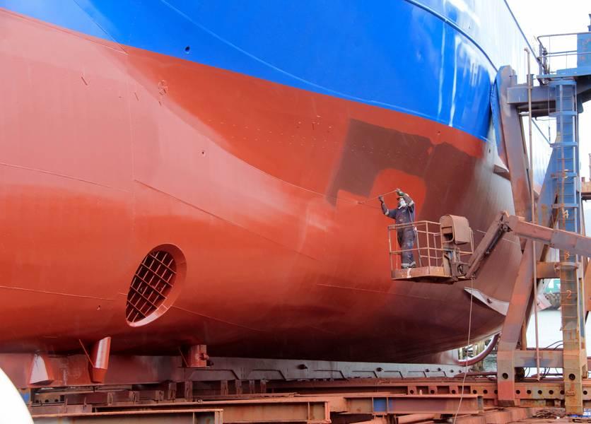 Frost&Sullivan表示,造船厂和干船坞公司应与船舶涂料专家合作,确保开发出能够保护环境和提高燃油效率的高性能,环保可持续的船舶涂料,用于海事领域。照片:©helenedevun / Adobe Stock