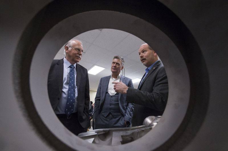 Chuck Hull,Kevin McAlea和Charles Southall讨论了纽波特纽斯造船厂计划如何使用增材制造技术为未来的战舰生产零部件。赫尔是立体平版印刷术的发明者,3D Systems的联合创始人; McAlea是3D Systems的执行副总裁兼金属和医疗保健总经理; Southall是纽波特纽斯的工程和设计副总裁。 (John Whalen / HII摄)