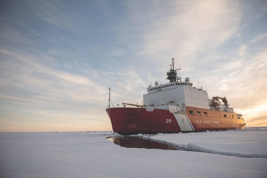 El US Coast Guard Cutter Healy (WAGB-20) está en el hielo el miércoles 3 de octubre de 2018, a unas 715 millas al norte de Barrow, Alaska, en el Ártico. El Healy se encuentra en el Ártico con un equipo de unos 30 científicos e ingenieros a bordo del despliegue de sensores y submarinos autónomos para estudiar la dinámica oceánica estratificada y cómo los factores ambientales afectan el agua debajo de la superficie del hielo para la Oficina de Investigación Naval. El Healy, que se encuentra en Seattle, es uno de los dos rompehielos en el servicio de los EE. UU. Y es