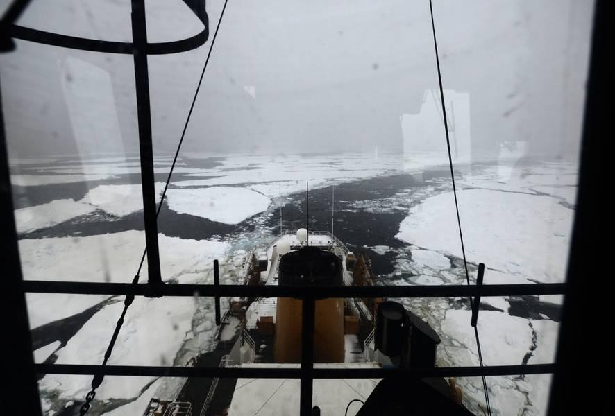 Coast Guard Cutter Το Polar Star αφήνει ένα κανάλι μέσω του πάγου στη Θάλασσα του Ross κάτω από τον Ανταρκτικό Κύκλο τον Ιανουάριο του 2018 (φωτογραφία του Αμερικανού Ακτοφυλακής από τον Nick Ameen)