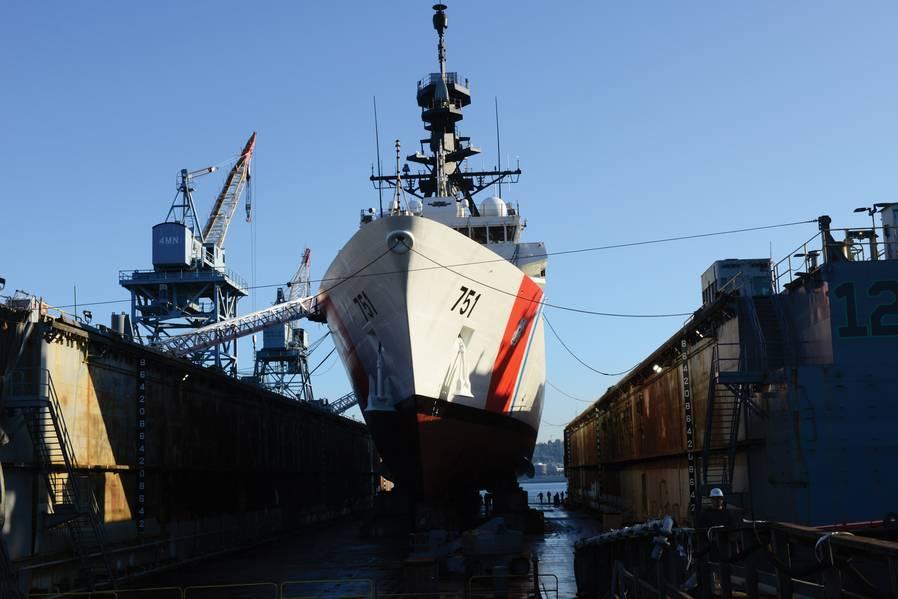 Coast Guard Cutter Waesche bereitet sich darauf vor, aus dem Trockendock in Seattle (Washington, 22. Mai 2018) wieder flott zu werden. Die Waesche ist ein 418-Fuß-National Security Cutter der Legend-Klasse in Alameda, Kalifornien. Foto der US-Küstenwache von Petty Officer 1. Klasse Ayla Kelley.