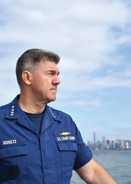 O Comandante da Guarda Costeira, Almirante Karl Schultz, visita as tripulações da Guarda Costeira estacionadas em Nova York. Ilustração da foto da guarda costeira dos EU pelo disco de Jetta da classe do oficial mesquinho ø.