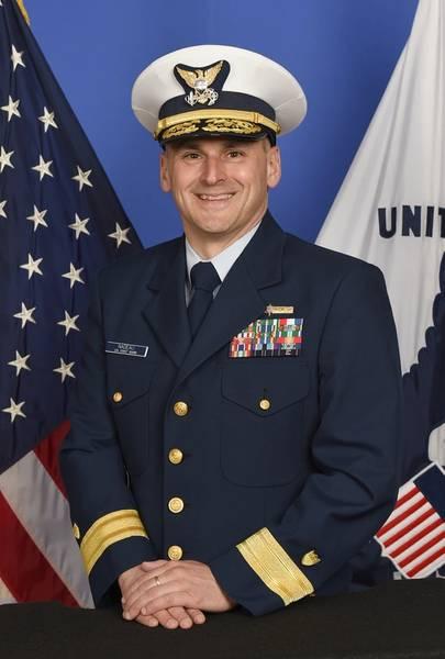 Contraalmirante John Nadeau, quien recientemente tomó el mando del Octavo Distrito de la Guardia Costera en Nueva Orleans