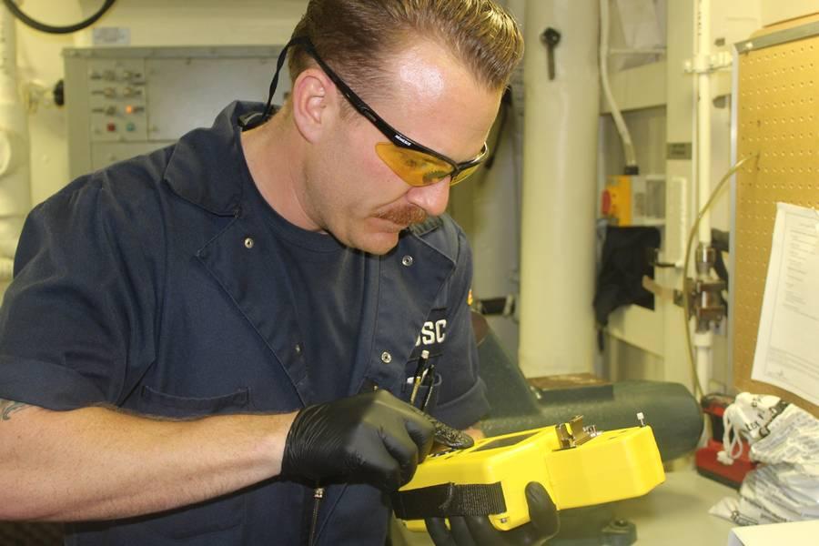 Cutter-Ingenieur erhält sofortige Ergebnisse der Ölanalyse (Foto mit freundlicher Genehmigung von USCG)