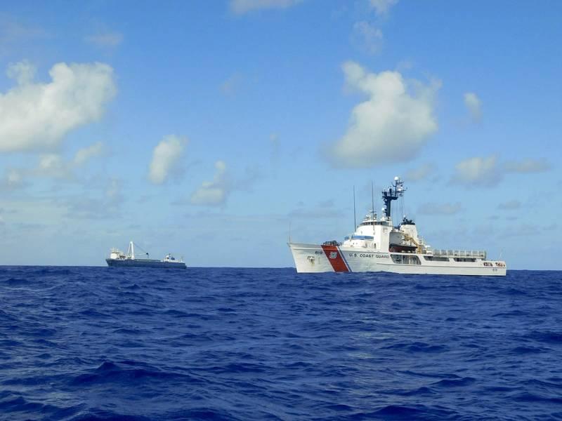Das Coast Guard Cutter Confidence kommt auf die Bühne, um dem behinderten Frachtschiff Alta Hilfe zu leisten. (US-Küstenwache Foto von Joshua Martinez)
