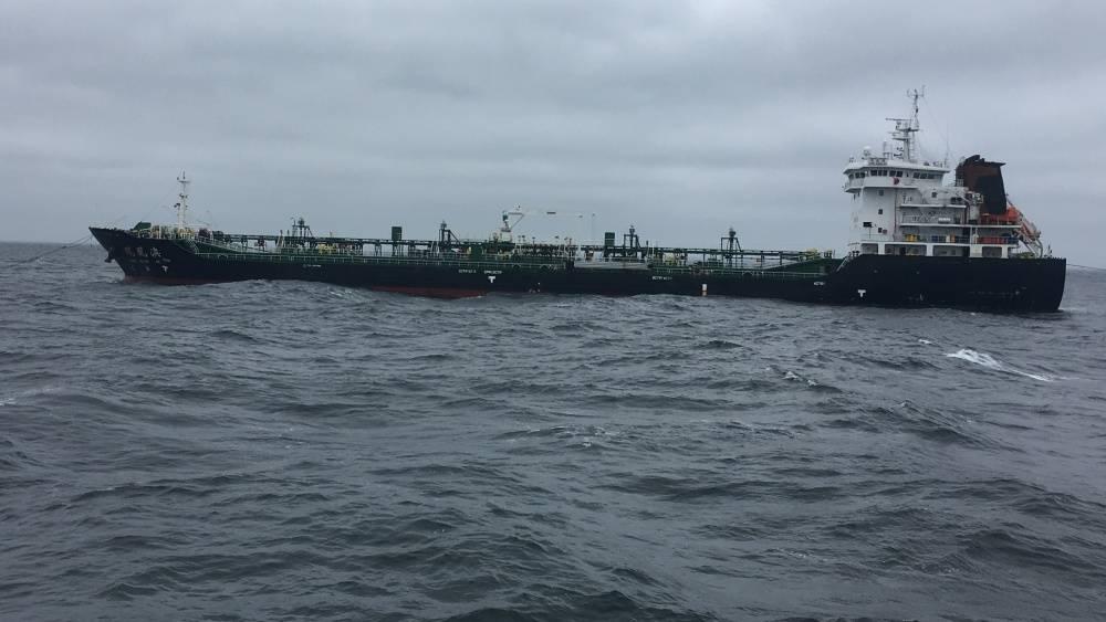 Der behinderte Hongkonger Tanker Feng Huang AO sitzt am 8. Oktober 2018 vor der Küste von New York City vor Anker. Der Frachter wurde deaktiviert, nachdem in seinem Maschinenraum ein Feuer ausgebrochen war, das schwere Maschinenschäden verursacht hatte. (US Coast Guard Foto mit freundlicher Genehmigung von Coast Guard Cutter Sitkinak)