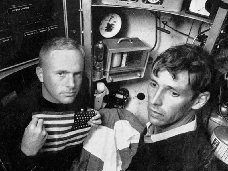 Don Walsh e Jacques Piccard dentro da cabine de Trieste, 1959. Imagem cortesia de Don Walsh.
