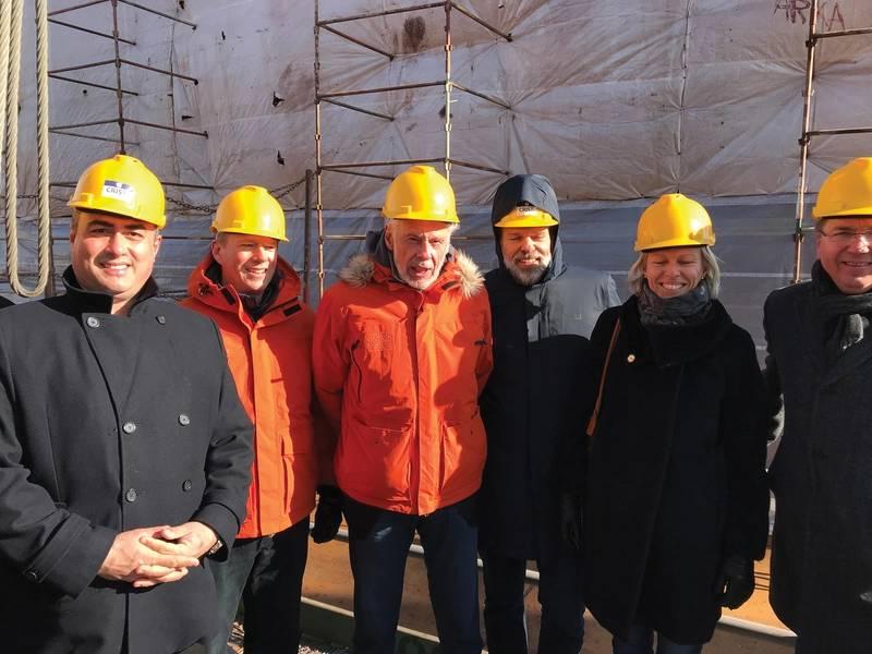 Doulis (extremo izquierdo) y Sven Lindblad (tercero desde la izquierda) en la ceremonia de colocación de la quilla. Fotos: Lindblad Expeditions