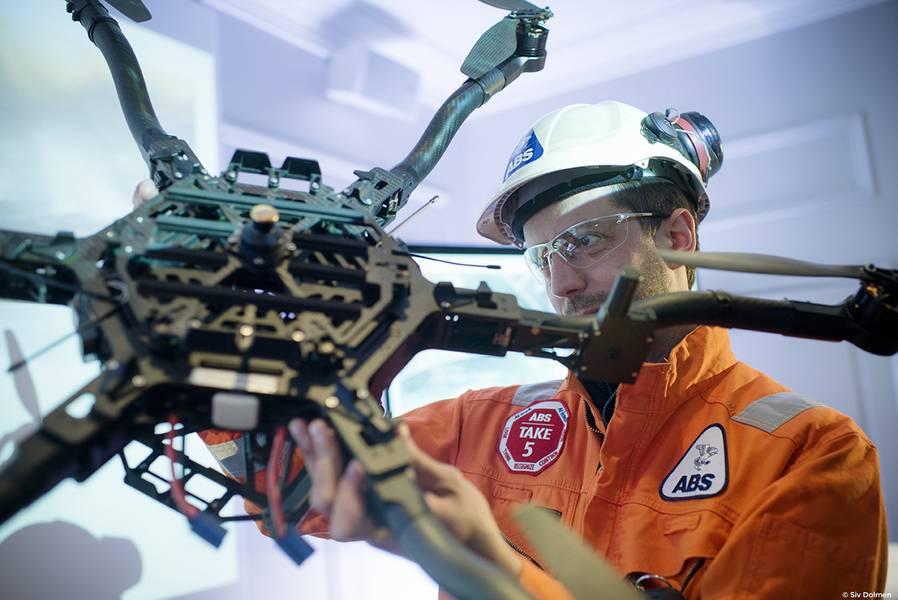 Ein ABS-Techniker mit einer Drohne. Quelle: ABS
