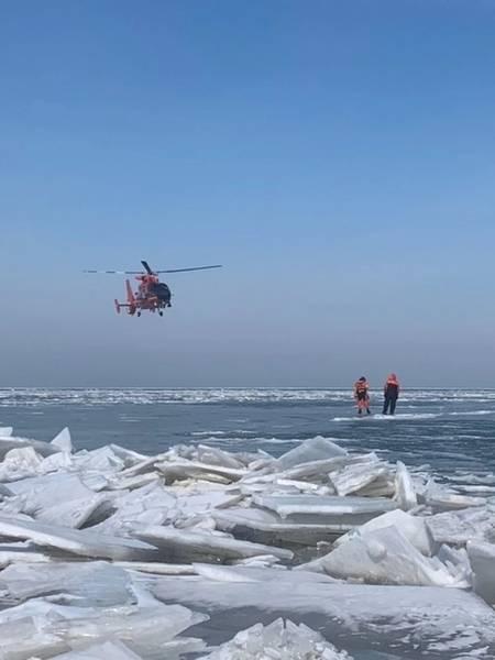 Ein Hubschrauber der Coast Guard Air Station Detroit hilft bei der Massenrettung von 46 Personen aus einer Eisscholle in der Nähe der Insel Catawaba am 9. März 2019. 46 Menschen wurden von der Küstenwache und lokalen Behörden gerettet, nachdem eine Eisscholle vom Land befreit war. (Foto der US-Küstenwache)