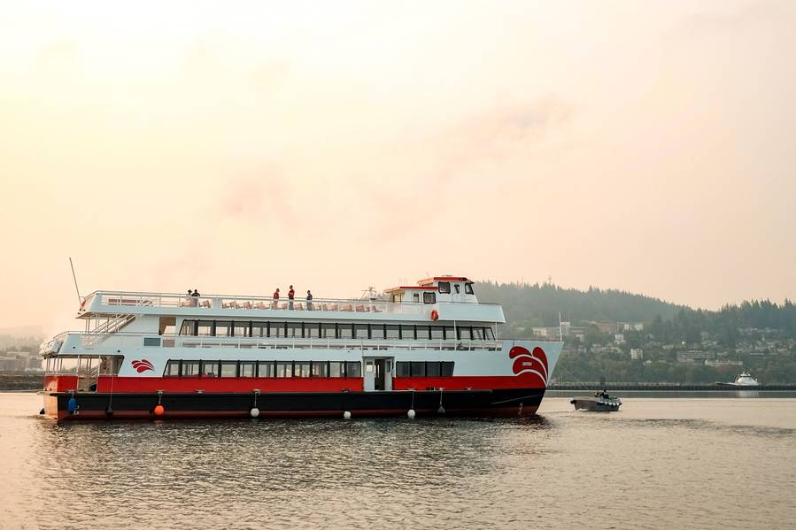 """Enhydra da Frota Vermelha e Branca, o mais novo membro da frota de embarcações de passageiros de R & W. O navio monocasco de alumínio LOA de 128 pés com um feixe de 30 pés é a maior embarcação elétrica híbrida de bateria de íons de lítio na América do Norte construída sob a certificação """"USCG Subchapter K"""". Imagem: AAM e Red & White."""