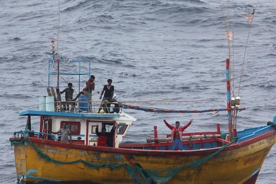 Gestrandete srilankische Fischer signalisieren den Lenkwaffen-Zerstörer USS Decatur (DDG 73) der Arleigh Burke-Klasse um Hilfe. Decatur wird zur Unterstützung der Sicherheit und Stabilität in der Indopazifik-Region im Einsatzgebiet der 7. Flotte der USA eingesetzt. (US Navy Foto)
