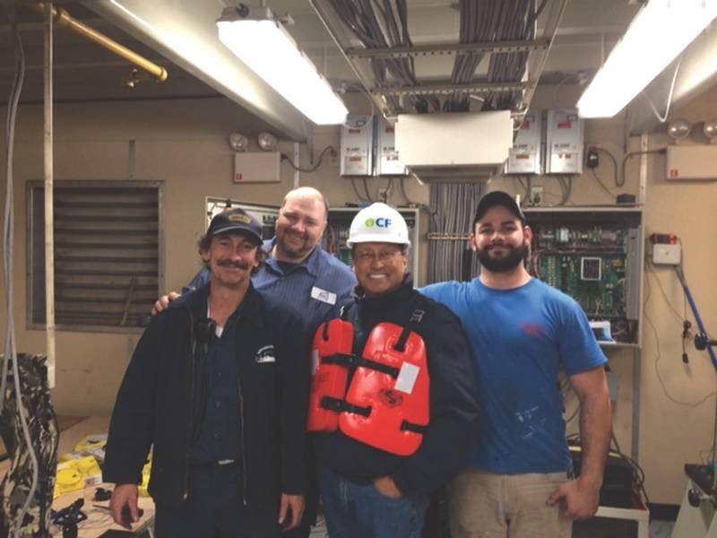 Ed Grimm, (segundo desde la izquierda) CEO, Southern Towing Company durante una visita de la tripulación.