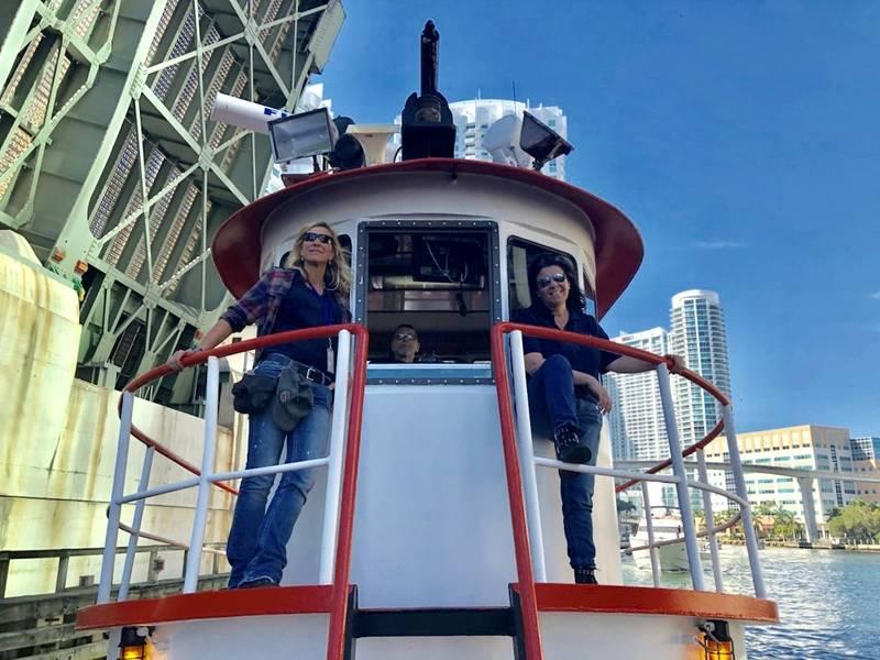 Heidi Payne e Isabella Clark manejan alegremente P&L con su cuñada, Cathy Sedano.