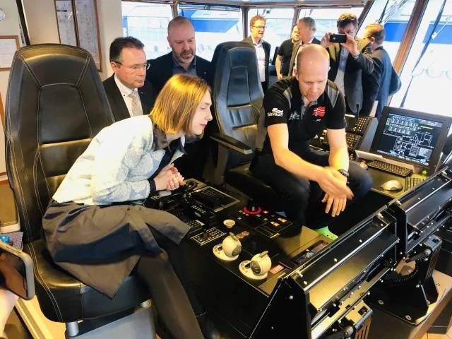 Iselin Nybø, Ministro da Pesquisa e Ensino Superior da Noruega, a bordo do Eidsvaag Pioneer (Foto: Kongsberg)
