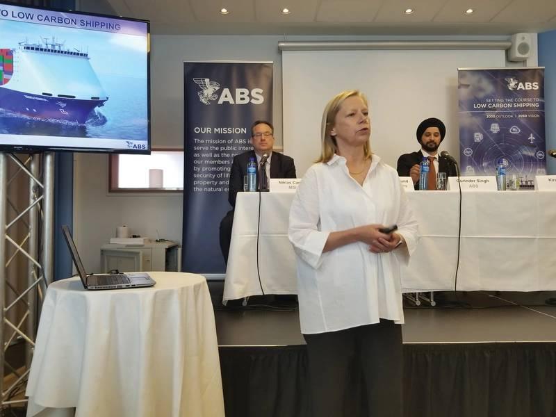 El Dr. Kirsi Tikka, Vicepresidente Ejecutivo y Asesor Marítimo Principal en ABS (primer plano) y Niklas Carlen de MSI y Gurinder Singh de ABS (fondo) durante el anuncio del documento de visión Estableciendo el curso para envíos con poco carbono. Crédito de la foto: Joseph DiRenzo