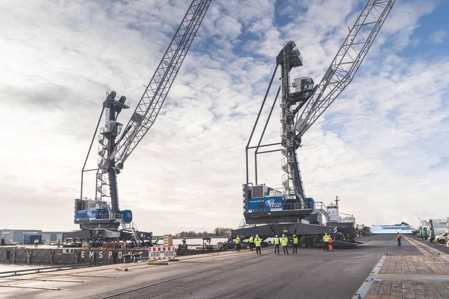 Las dos nuevas grúas portuarias móviles Liebherr LHM 420 se utilizarán principalmente para ascensores en tándem en el puerto de Emden, Alemania. (Foto cortesía de Roll Group)