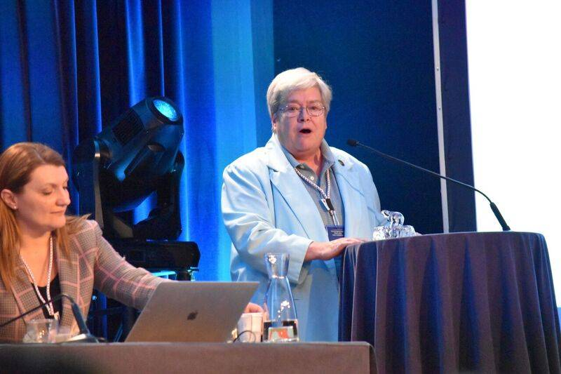Metcalf (على اليمين) يتحدث في اجتماع الجمعية العامة السنوية