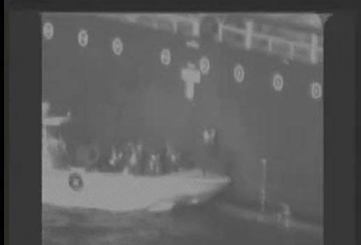 Nicht explodierte Napfschneckenmine von M / T Kokuka Courageous im Golf von Oman entfernt (Foto: NAVCENT)