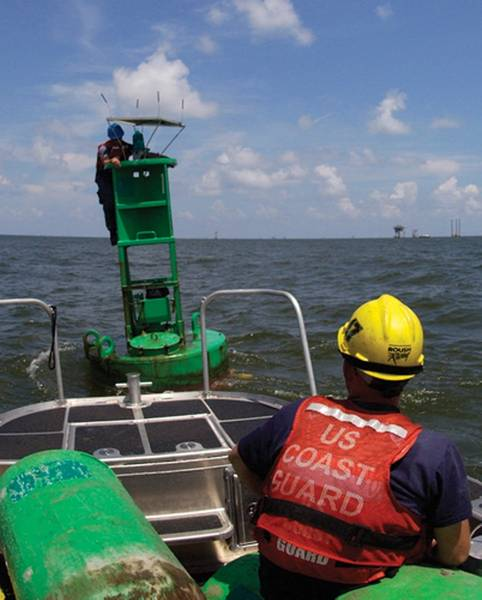 来自美国路易斯安那州Dulac的导航团队成员的帮助,整理了一个太阳能电池板,为辅助设备的照明系统充电。美国海岸警卫队照片由Petty Officer第3级Thomas Atkeson拍摄。