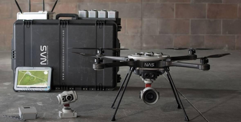 Paquete completo de dispositivo de detección de azufre: un avión no tripulado de inspección de emisiones de NAS fabricado con un avión no tripulado Aeryon Labs R70 modificado; por debajo del R70 original. Imagen: NAS / La Administración Costera Noruega