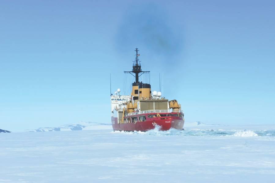O Polar Star da Guarda Costeira Cortador de gelo quebra gelo em McMurdo Sound, perto da Antártida, no sábado, 13 de janeiro de 2018. A tripulação do Polar Star, com sede em Seattle, está em missão na Antártida em apoio à Operação Deep Freeze 2018, a contribuição das forças armadas dos EUA para a Programa Antártico dos EUA, administrado pela National Science Foundation. Foto da guarda costeira dos EUA pelo oficial mesquinho Nick Ameen.