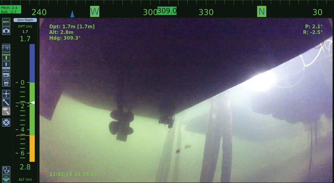 Putzroboter auf einem kleinen Schiff an der Pierseite, wie von einem anderen Putzfahrzeug abgebildet. Foto mit freundlicher Genehmigung von Greensea Systems