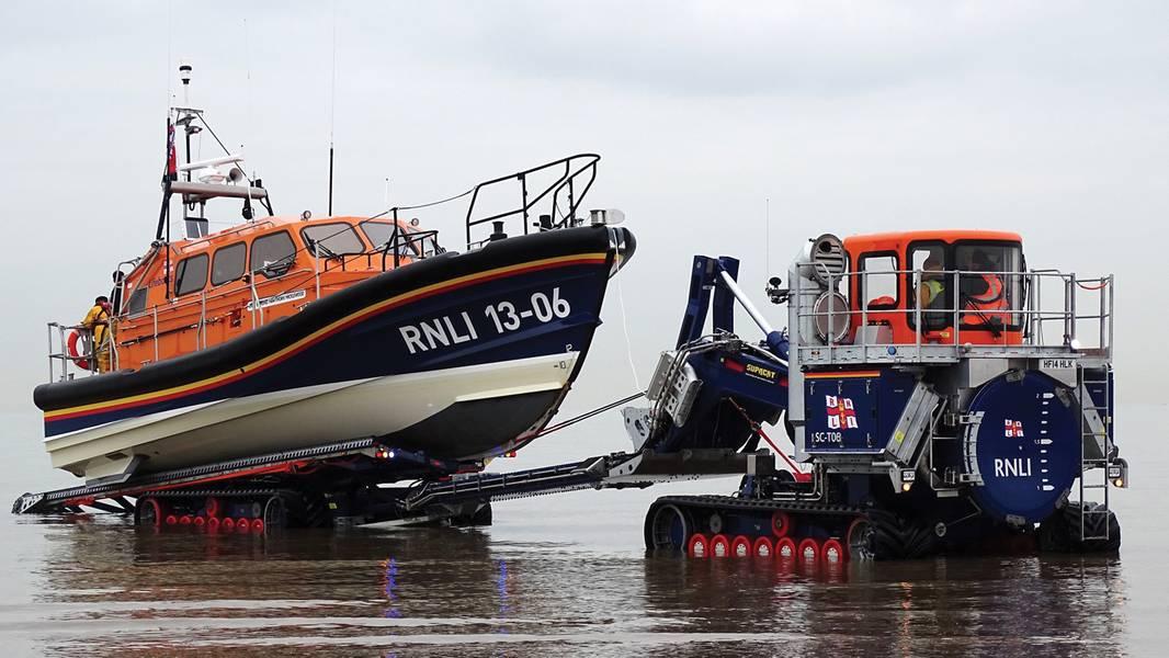 El RNLI también ha introducido un nuevo tractor de lanzamiento y recuperación, diseñado en conjunto con el especialista en vehículos de alta movilidad Supacat Ltd, específicamente para su uso con Shannon. Actúa como una grada móvil. En la foto está el bote salvavidas de clase Shannon de Hoylake, Reino Unido, que se está recuperando del mar. (Foto: RNLI / Dave James)