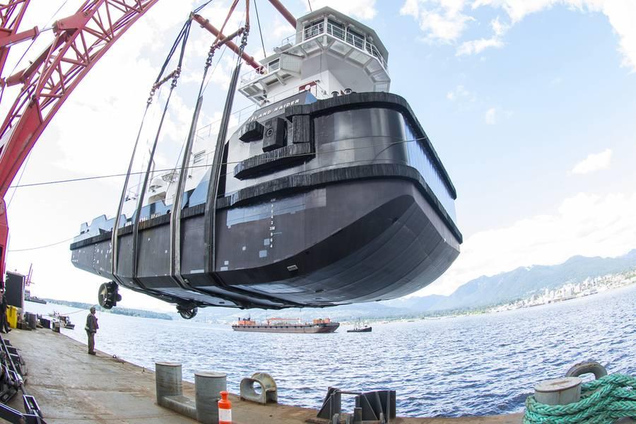 Το Raider Island είναι έτοιμο να χαμηλωθεί στο τέλος της φορτηγίδας. (Φωτογραφία: Haig-Brown / Cummins)