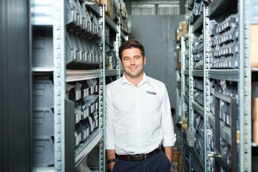 ο κ. Reid, διευθυντής παγκόσμιων πωλήσεων, COX Powertrain