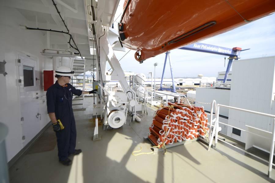 Lt. jg Ryan Thomas, ein Marineinspektor am Coast Guard Sector in Delaware Bay, bespricht die Rolle und Verfahren der Küstenwache in lebensrettenden Geräten an Bord der Daniel K. Inouye im Bau in Philadelphia Shipyards. (Küstenwache Foto von Seth Johnson)