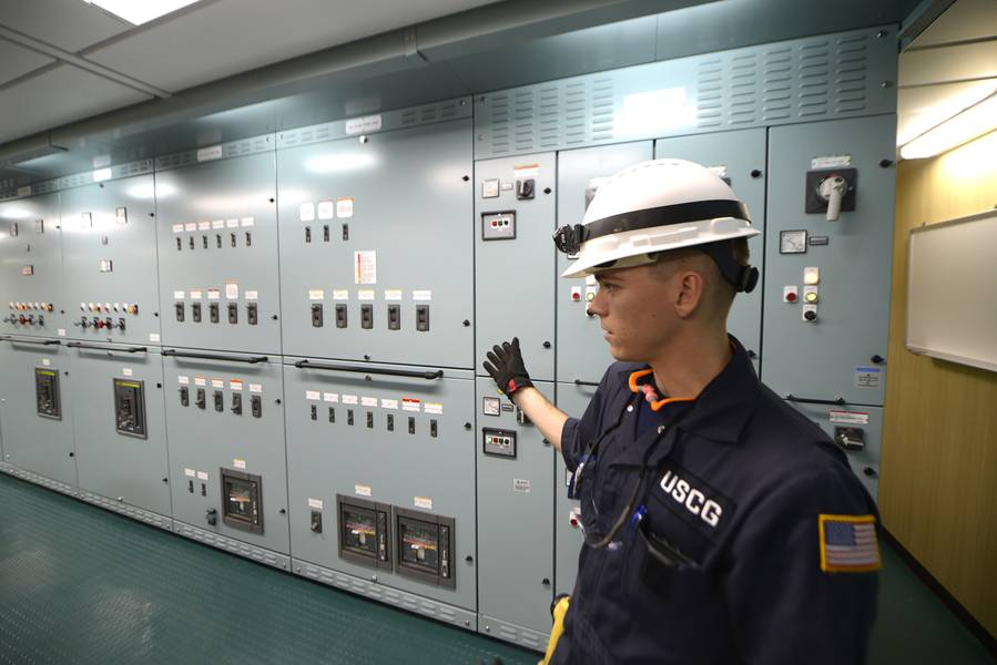 Lt. jg Ryan Thomas, ein Marineinspektor am Coast Guard Sektor Delaware Bay, bespricht die Rolle und die Prozeduren der Küstenwache während elektrischer Tests an Bord der Daniel K. Inouye. (Küstenwache Foto von Seth Johnson)