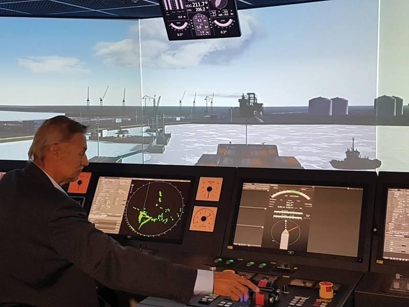 Simulation TrainingのマネージャーであるOssiWestiläは、10人のシミュレーターの1人を使ってYamal LNG運搬船をSabettaの港に連れて行きました。ポーラー・コードの訓練には、3日間の基本コースと2日間の上級コースが含まれ、一部は職員の作業位置に応じて行われます。